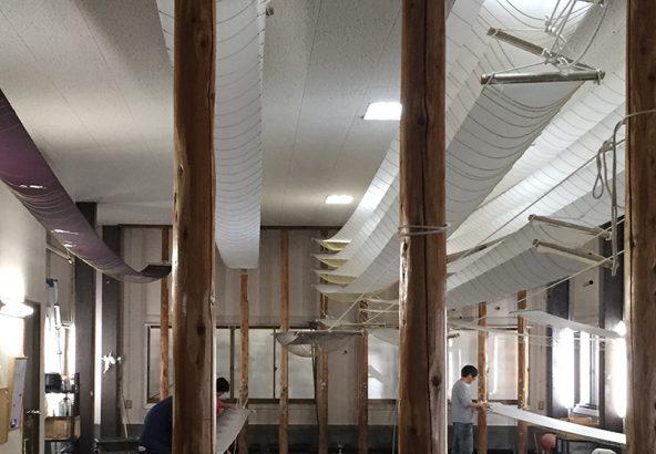 絹の染色技法のひとつ引き染めの工房
