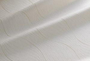 伊と幸の金色の糸を使用した紋意匠縮緬。コートや色無地だけでなく、パーティ着や振袖の素材としても活用していただけます。
