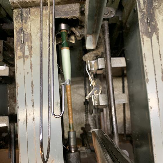 絹の伊と幸 生糸の緯糸の緯糸の機械巻き