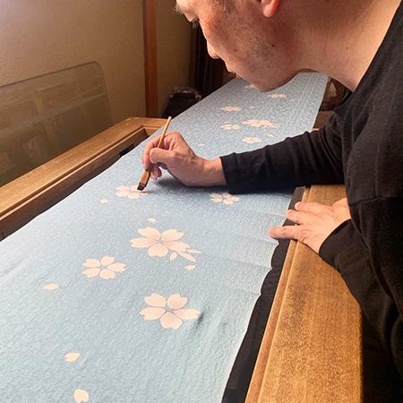 伊と幸製「松岡姫」の地白を生かした桜模様の手描き京友禅お振袖の制作風景